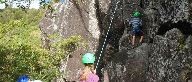 Escalada deportiva de un largo en el sitio de la Montagne, isla Réunion.